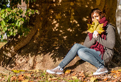Hinter dem Ahorn (Sandra J. Fotografie) Tags: fotoshooting family ahorn baum tree modell woman fall hernst bltter sandra j fotografie darmstadt autumn people
