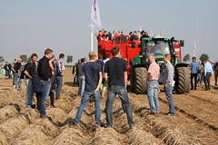17-IMG_1858 (hemingwayfoto) Tags: acker angehufelt ausstellung besucher erntemaschine europa feld furche kartoffel kartoffelroder messe reifen roden spur traktor