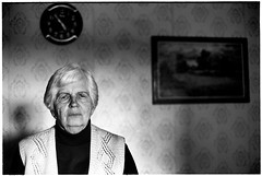 Five O'Clock (batuda) Tags: film 35mm analog analogue bw blackandwhite om 5014 ilford pan400 d76 portrait people woman elderly old room clock time picture wall wallpaper tetabronė indoor evening light dof depthoffield utena lithuania lietuva