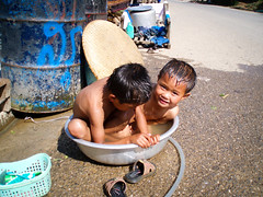 A volte basta un po' d'acqua.. (Valdy71) Tags: laos bambini children portrait fun giochi travel asia hmong water