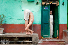 IMG_5693-EditChristineHewitt_YogicPhotos (yogicphotos) Tags: travel india man yoga standing audience bend mysore leandro forward asana flexible christinehewitt standingforwardbend forwardbend padangusthasana yogaphotography bigtoepose yogaphotographer yogicphotos housewomanwatching