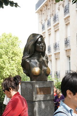 DSC00498 (Marc Cashmore) Tags: woman paris gold breast boobs bust