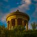 München, englischer Garten, der Monopteros im güldenem Licht der Abendsonne