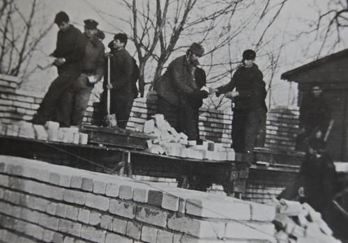 Budowa szkoły wraz z żołnierzami
