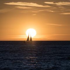 Segelboot vor der untergehenden Sonne (swissgoldeneagle) Tags: sverige boot sunset sonne sonnenuntergang scandinavia balticsea sailboat dusk sun ostsee sailing schweden afterglow abendrot boat skandinavien d750 segelboot gotland sweden visby gotlandsln se