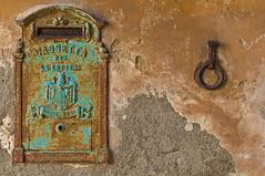 PER LE LETTERE (Blende1.8) Tags: toskana tuscany detail decay charme charmant rost briefkasten mailbox postbox letterbox cassettaperlelettere cassetta lettere fassade facade urban house haus marode alt italien italia italy carstenheyer rust rusty