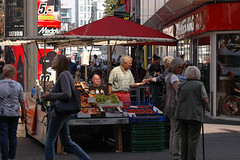 Kln / Cologne (Germany): fruit stand (wwwuppertal) Tags: city germany deutschland cologne streetscene kln nikond70s nrw fruitstand nordrheinwestfalen rheinland innenstadt obststand lunchtimephotography schildergasse northrhinewestphalia strasenszene nikonafzoomnikkor35135mmf35~45snmkii mittagspausenfotografie