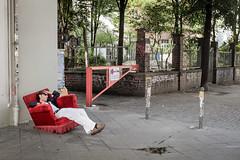 Wohnzimmer Kiez (GeraldGrote) Tags: berlin kreuzberg germany schlafen kotti sessel brgersteig schranke kottbussertor dsen strase