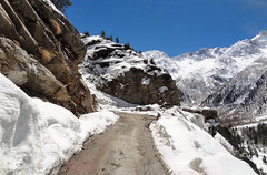 Picturesque road to Chitkul. (draskd) Tags: india landscape shimla simla hp sony traveller himalaya himalayas himachalpradesh sangla kinnaur travelphoto chitkul sanglavalley beautifulvalleys windshieldphotography himalayanpeaks roadtochitkul himachaltours rakchham mastarang sonyhx9v draskd waytochitkul famousvalleysofindia