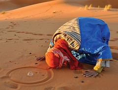 morocco_culture_sahara-desert_praying (traveling-in-morocco.com) Tags: