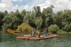 Floss von Captain J-C ( 9 x 3.6 Meter gross und ber 5.5 Tonnen schwer ) unterwegs auf dem Rhein ( Fluss - River - Hochrhein ) zwischen L.eibstadt und S.chwaderloch im Kanton Aargau in der Schweiz und Deutschland (chrchr_75) Tags: chriguhurnibluemailch christoph hurni schweiz suisse switzerland svizzera suissa swiss chrchr chrchr75 chrigu chriguhurni 1408 august 2014 hurni140824 august2014 rhein rhin reno rijn rhenus rhine rin strom europa albumrhein fluss river joki rivire fiume  rivier rzeka rio flod ro