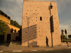 Marrakech (Lou Rouge) Tags: street light urban man tower atardecer farola torre streetphotography sombra shade marrakech sings marruecos hombre marroc seales saeteras