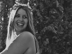 Glow (Soadora de Inviernos.) Tags: park parque trees summer naturaleza tree blanco nature girl smile female contrast forest arbol lumix grey gris mujer women chica photoshoot country negro panasonic bosque verano contraste campo sonrisa females levels niveles vsco fz200 vscocam