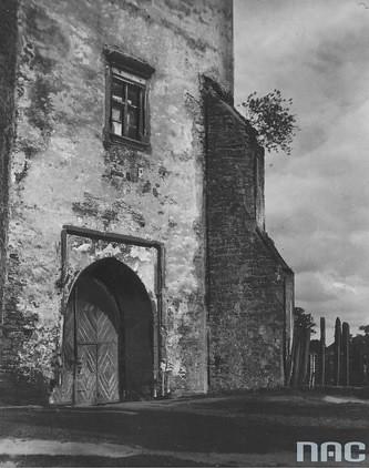 Brama wjazdowa na dziedziniec szydłowieckiego zamku, 1937r. (NAC)