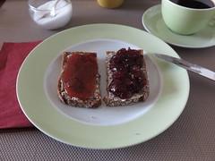 Erdbeermarmelade und Skirschmarmelade auf NW-Brot (multipel_bleiben) Tags: essen zugastbeifreunden frhstck marmelade