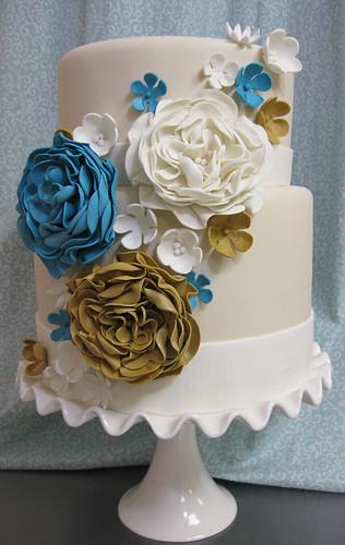 Gold Blue and Ivory wedding cake med
