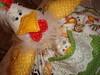 Galinha cobre bolo / cobre prato. (Casa de Bonecas Atelier) Tags: linhas galinha embroidery artesanato feltro boneca patchwork bichos tecido bordado trabalhosmanuais cobrebolo galinhacobrebolo cobreprato