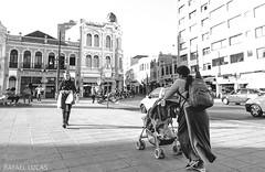 (RMLucas) Tags: street brazil people blackandwhite bw woman sol brasil canon eos daylight kid pessoa pessoas women downtown centro pb dia curitiba mon rua criana pretoebranco me 6d 24105 streetphotographer