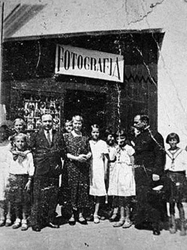 Fotograf. Według różnych źródeł mieścił się na ul. Ogrodowej lub na Rynku Wielkim.