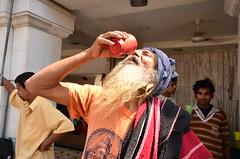 soif ! (romainbessire) Tags: old portrait man water eau tour delhi mosque du monde indien homme verre mosque soif globeskater