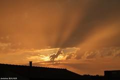De beaux rayons et un ciel orang (antoinebouyer) Tags: orange rayon soir temps mto ciel nuage sky cloud