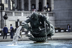 D4S_0587 JM (Jamoor) Tags: london statue streetphotography trafalgarsquare waterfountain jamoor nikon70200mm28g nikond4s
