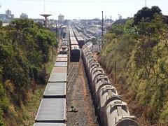 18206 Ptio de Uberlndia MG. Na Linha 1 trem E541; na ala trem Y501 com a locomotiva remota BB40-2 #6507 no fim da Linha 4 (Johannes J. Smit) Tags: brasil vale trens fca efvm vli
