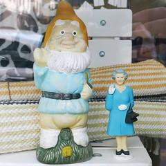 Vilkuttajat (neppanen) Tags: sampen discounterintelligence helsinki helsinginkilometritehdas suomi finland liskuva tonttu elf kuningatar queen vilkutus vilkuttaa
