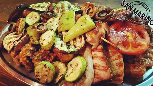 Petak večer, ma šta to reče?! ☺ Roštilj ili riba vama na izbor! Mi smo tu da vam ispunimo sve želje! 👌 Dobro došli u #sanmarinočapljina #ministarstvoDobreHrane #mjesnazajednicaZapadnjak #sunshinestate 😎