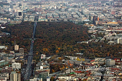 Luftbild vom herbstlichen Berlin (fotoflugde) Tags: aerialphotography berlin brandenburgertor flicflac fotoflugde landschaft luftaufnahme luftbild luftbildarchiv luftbilddienst luftbilder postkartenmotiv reichstag schrägansichten schrägluftbilddeutschland siegessäule berlinhansaviertel deu deutschland geo:lat=5251319135 geo:lon=1334426880 geotagged fotoflug hauptstadt luftbildverlag
