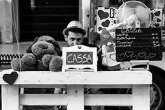 Alla cassa /At the counter (Claudia Merighi) Tags: streetphotography street eyecontact streetphoto streetphotographers schwarzweisfotos strassenfotografie fotografiadistrada fotografiacallejera fotodistrada fotografiederue ricohimages ricoh pentaxk3 k3 claudiamerighi bnbwbwbiancoenero blackandwhitephotos blackandwhite blackandwhiteonly blackwhitephotos noiretblanc monochrome monochromatic monocromatico