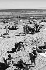 Día en la playa, Hendaya (Jorge Pazos) Tags: hendaya playa beach blancoynegro blackandwhite bw verical duotono jorgepazos 2470mm28l canoneos7d canonista canon verano summer
