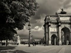 Place du Carrousel - Paris (m@®©ãǿ►ðȅtǭǹȁðǿr◄©) Tags: louvre placeducarrousel paris france saintgermainlauxerrois arquitectura arco farolas cielo monumento edifícios urbanismo blancoynegro monocromo bw gente people olympusepl1 zuikoed14÷42mmf35÷56 marcovianna marcoviannafotógrafo m®©ãǿ►ðȅtǭǹȁðǿr◄©