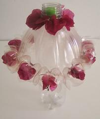 Abajour (Ione logullo(www.brechodeideias.com)) Tags: pet flores sol riodejaneiro artesanato rosas garrafa abajur lampada ventilador tecido luminária juta chitão