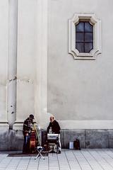 scale (fritz.brunner.1988) Tags: beige street portrait window musician cold proportion heavy