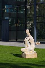 Im Rotehornpark Magdeburg (Helmut44) Tags: deutschland germany sachsenanhalt magdeburg rotehornpark frau kunst woman skulptur statues stadtpark
