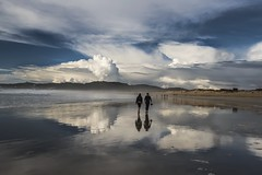 En las nubes.......... (T.I.T.A.) Tags: alanzada playadelalanzada reflejos cielo sky nubes pareja sanxenxo pontevedra otoo playa mar
