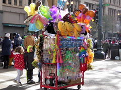 Souvenir seller (yooperann) Tags: mcdonalds thanksgiving day parade chicago state street downtown loop 2016
