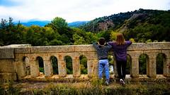 L o je t'emmnerai... (Isa****) Tags: enfants pont vue cret nature colline arbres rivire pyrnes