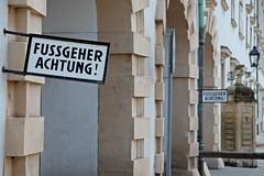WIEN - FUSSGEHER ACHTUNG! (Punxsutawneyphil) Tags: europa europe österreich austria wien vienna vienne hofburg schild sign fusgänger fussgeher österreichisch deutsch german durchfahrt warnschild achtung attention sprache language wienerhofburg monarchy monarchie habsburger buchstaben letters street strase streetsign capital hauptstadt