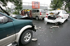 A total of four vehicles  joined the multiple collison following a mishap at a U turn in the dirction of Fairview goint to Philcoa  in Commonwealth in Quezon city yesterday.  Initial investigation reveals the Tichard Roxas who drove the Crosswind rammed t (balitaphl) Tags: accident philippines commonwealth caraccident quezoncity karambola