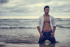 Fernando - 12 (Gorka Goitia) Tags: sky man beach water fashion clouds canon pose atardecer 50mm model agua waves dof playa modelo depthoffield desenfoque nubes chico olas ocaso hombre pdc orilla vaqueros profundidaddecampo masculino posado enfoque reportaje canon50mmf14usm modelposing canoneos5dmarkii luzambiental