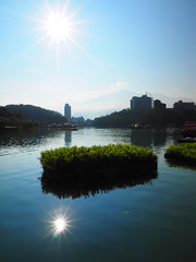 2014-08-30 07.41.22 (pang yu liu) Tags: 2014 08 aug 八月 南投 旅遊 travel nantou day2 sun moon lake 日月潭 騎車 風景 landscape sunny flare 太陽 星芒 reflection 反射 cycling