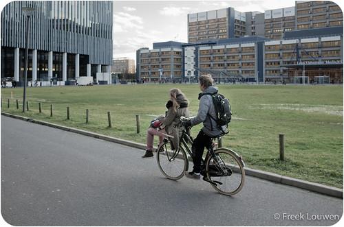 Twee studenten op een fiets
