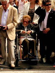 picture 708 (elinapoisa) Tags: alicante wheelchair lady happy sunglasses spain crowd
