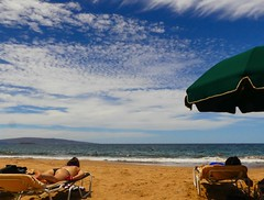 Beach @ Maui (Marian Pollock (Weiler)) Tags: hawaii maui people sunbathing umbrella clouds sky ocean wailea us island pacific bikini girls sunny