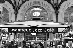 Montreux Jazz Caf (fotoleder) Tags: flederma foule bw paris train france publique passants banderolle faade caf