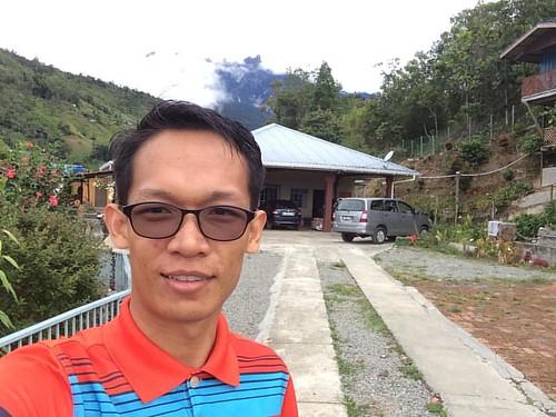 Selfie bersama Gunung Kinabalu yang hampir ditutupi awan.