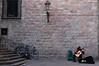 Mucho arte - Bercelona (Gabriel Bermejo Muñoz) Tags: barcelona bcn cataluña españa modernista catalunya catalonia spain calle street ladrillos farol barrio barriogótico barriogóticodebarcelona barrigòtic ciutatvella ciudat gothic quarter gothicquarter gótico soledad solitario lonely ventana window escalera escalones steps stairs músico guitarra guitar musician music música composicion composition composición plaza square place gabrielbermejomuñoz bici bicicleta cycle bicycle