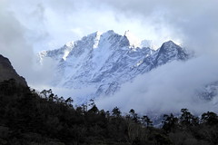 Versteckspiel der Berge (Alfesto) Tags: nepal wanderung trekking himalaya namche khumbuarea sagarmathanationalpark tengboche